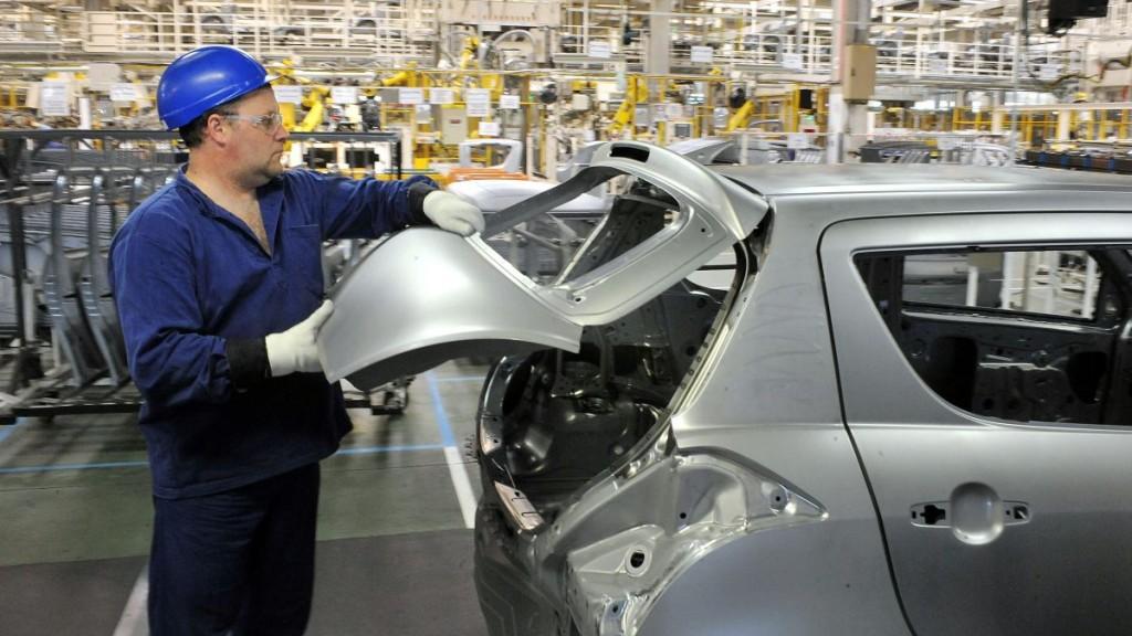 Esztergom, 2011. július 14. Egy szerelõ egy hátsó ajtót illeszt a helyére a Suzuki esztergomi gyárában, ahol legyártották a kétmilliomodik gépkocsit.  MTI Fotó: Kovács Tamás