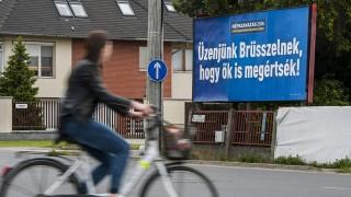 """Debrecen, 2016. május 18.A kényszerbetelepítés elleni népszavazáson való részvételre felhívó óriásplakát Debrecenben, a Bartók Béla úton 2016. május 18-án. Kampányt indított május 13-án a magyar kormány, hogy minél többen vegyenek részt a kényszerbetelepítés elleni népszavazáson. A kampány fő üzenete: """"Üzenjünk Brüsszelnek, hogy ők is megértsék!""""  """"Elfogadhatatlan, hogy az Európai Bizottság 78 millió forintos fejenkénti büntetéssel fenyegetőzik arra az esetre, ha a tagországok nem fogadják el a kényszerbetelepítést. Eközben egy magyar emberre 1 millió forint uniós támogatás jut. Brüsszelt meg kell állítani"""" - olvasható a kormány május 13-án írt Facebook-posztjában.MTI Fotó: Czeglédi Zsolt"""