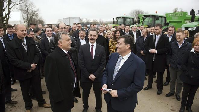 Alcsútdoboz, 2014. november 18.Orbán Viktor miniszterelnök, Tessely Zoltán fideszes országgyűlési képviselő és Mészáros Lőrinc (Fidesz-KDNP) felcsúti polgármester (középen, b-j) a Búzakalász 66 Felcsút Kft. bányavölgyi mangalicatelepének avatásán a Fejér megyei Alcsútdobozon 2014. november 18-án. Mögöttük Tessely Zoltán fideszes országgyűlési képviselő.MTI Fotó: Koszticsák Szilárd