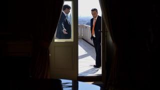 Budapest, 2014. május 5.Áder János köztársasági elnök (b) fogadja Orbán Viktort, az országgyűlési választásokon győztes Fidesz-KDNP pártszövetség miniszterelnök-jelöltjét, jelenlegi miniszterelnököt a Sándor-palota teraszán 2014. május 5-én.MTI Fotó: Illyés Tibor