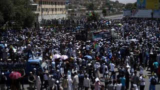 Afghan protesters shout anti-government slogans during a demonstration in Kabul on July 23, 2016.   Thousands of minority Shiite Hazaras demonstrated in Kabul on July 23, demanding that a key power transmission line pass through their electricity-starved province, in the second major protest over the issue this year. / AFP PHOTO / WAKIL KOHSAR