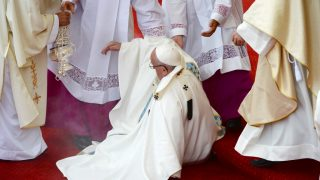 Pope Francis takes a fall during a mass at the Jasna Gora Monastery in Czestochowa, Poland  on July 28, 2016. Pope Francis visits Poland for an international Catholic youth festival with a mission to encourage openness to migrants. / AFP PHOTO / FILIPPO MONTEFORTE