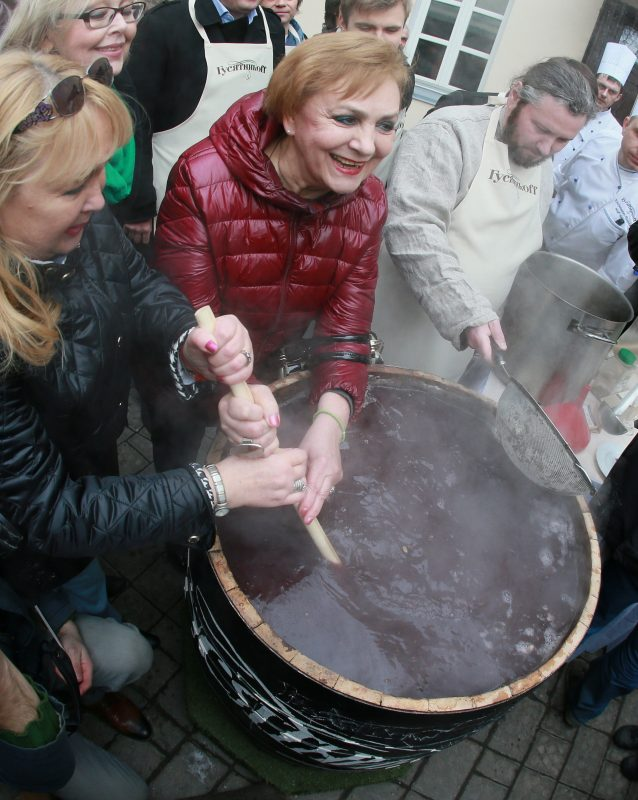 2805964 03/13/2016 A giant portion of honey sbiten, an ancient Russian hot drink, is cooked in downtown Moscow during the event entitled 'Maslenitsa in Guinness World Records'. Anton Denisov/Sputnik