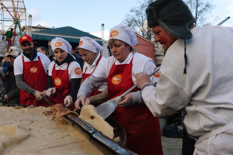 2806088 03/13/2016 Participants in Maslenitsa festivities during the attempt to break the record for the Russia's largest pancake in Moscow's Hermitage Garden. Valeriy Melnikov/Sputnik