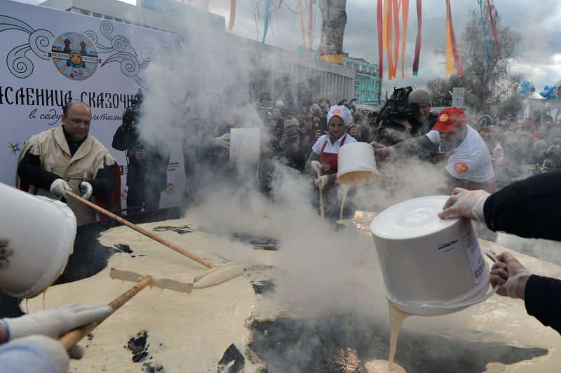 2806096 03/13/2016 Participants in Maslenitsa festivities during the attempt to break the record for the Russia's largest pancake in Moscow's Hermitage Garden. Valeriy Melnikov/Sputnik