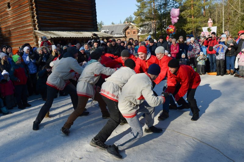 2806359 03/13/2016 A traditional wall-to-wall fist fight during Maslenitsa festival at the Malye Korely Museum of Wooden Architecture and Folk Art, in the Arkhangelsk region. Vladimir Trefilov/Sputnik