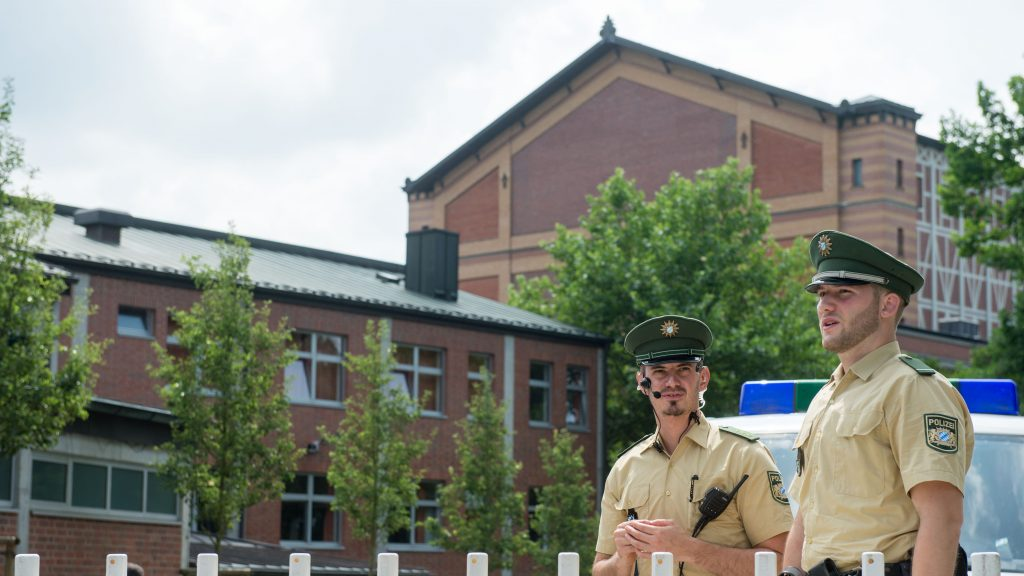 Members of the German police set up a roadblock in front of the festival hall prior to the opening of the Bayreuth Festival inBayreuth,Germany, 25 July 2016. Following the spree killing in Munich, the red carpet and the traditional state reception of the renowned opera have been cancelled this year.Photo: TIMMSCHAMBERGER/dpa