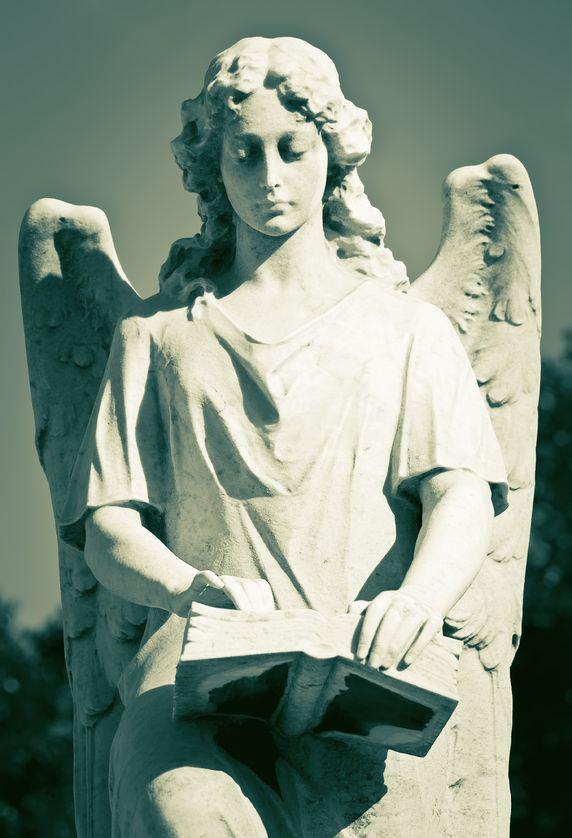 Női angyal kezében könyv. Fotó: 123rf