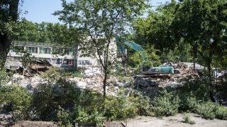 Budapest, 2016. július 12. Munkagéppel bontják a városligeti Hungexpo irodaházak egyikét 2016. július 12-én. MTI Fotó: Marjai János