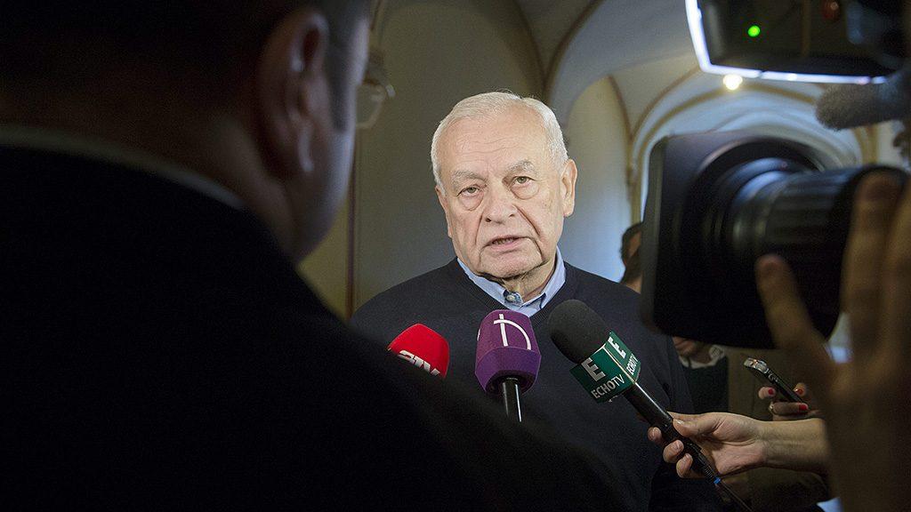 Budapest, 2016. február 26.Harrach Péter, a KDNP frakcióvezetője újságíróknak nyilatkozik a kötelező betelepítési kvótáról tartott, ötpártinak tervezett egyeztetés előtt a Parlamentben 2016. február 26-án. A tanácskozáson az MSZP és az LMP képviselői nem vettek részt.MTI Fotó: Koszticsák Szilárd