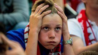 Cardiff, 2016. július 6. A meccset tévén nézõ walesi szurkolók egyike a cardiffi Principality Stadionban 2016. július 6-án, miután Wales 2-0-ra kikapott a franciaországi labdarúgó Európa-bajnokság elõdöntõjében játszott Portugália - Wales mérkõzésen Lyonban. (MTI/EPA/Aled Llywelyn)