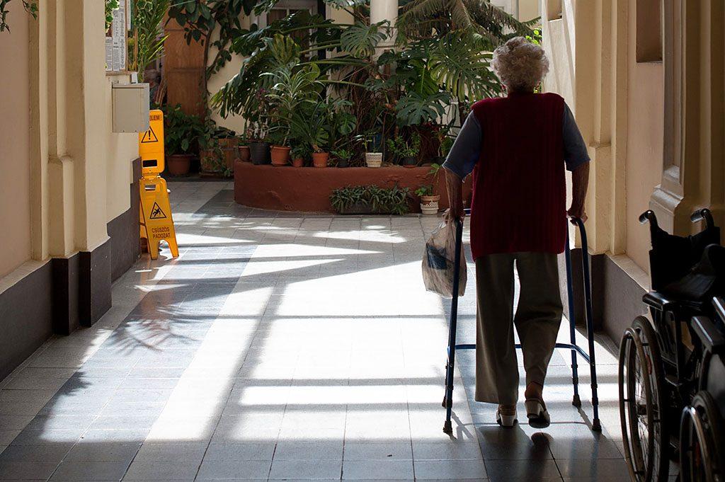 Budapest, 2012. március 27.Egy gondozott sétál a Mátyás téri Arany Alkony idősotthonban, ahol 85 idős embert gondoznak. Az intézményt 1996-ban hozták létre, amelyben a szociális alapellátást a Kálvin János Presbiteri Misszió végzi, az egészségügyi szolgáltatásokért és az ingatlannal kapcsolatos pénzügyi kötelezettségekért a Medicatus cégcsoport felel.MTI Fotó: Kallos Bea