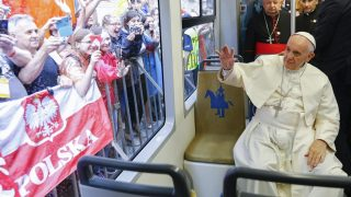 """Krakkó, 2016. július 28. Ferenc pápa """"pápai villamoson"""" utazik a krakkói katolikus Ifjúsági Világtalálkozó pápai programjának nyitó rendezvényére Krakkóban 2016. július 28-án. A háttérben Stanislaw Dziwisz bíboros, Krakkó érseke. (MTI/EPA/Reuters pool/Stefano Rellandini)"""