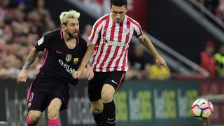 Barcelona's Argentinian forward Lionel Messi (L) vies with Athletic Bilbao's French defender Aymeric Laporte during the Spanish league football match Athletic Club Bilbao vs FC Barcelona at the San Mames stadium in Bilbao on August 28, 2016. / AFP PHOTO / ANDER GILLENEA