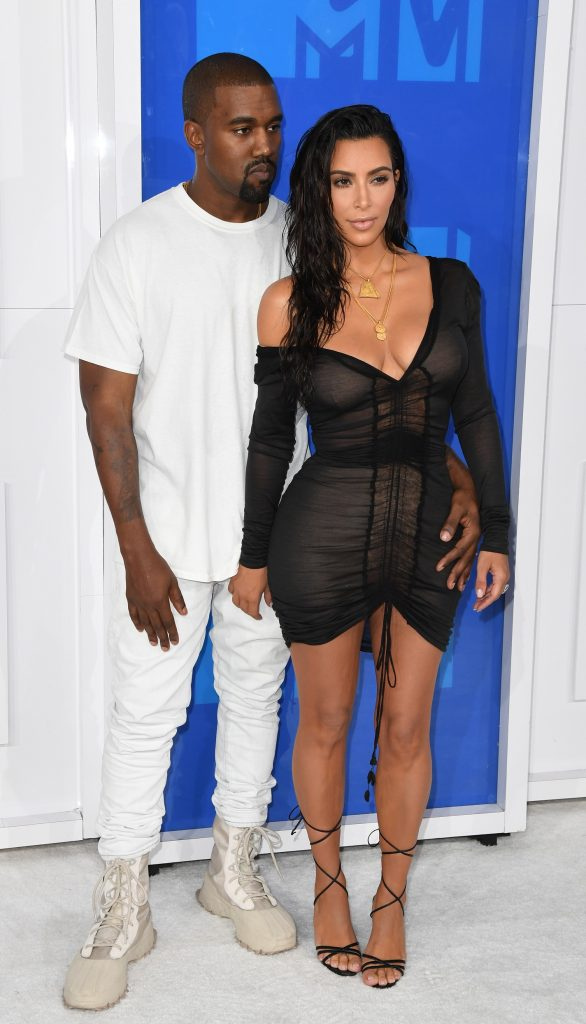 Kim Kardashian and Kanye West arrive for the 2016 MTV Video Music Awards August 28, 2016 at Madison Square Garden in New York. / AFP PHOTO / Angela Weiss