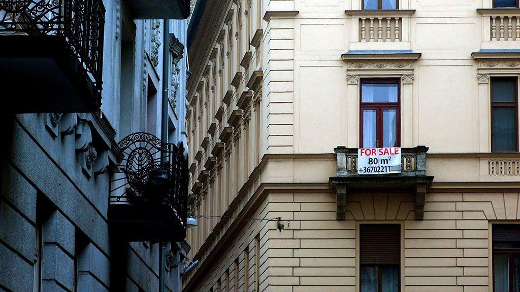 Budapest, 2016. január 27.Eladó használt lakást hirdető transzparens a főváros V. kerületében, a Váci utca egyik kis mellékutcájában álló régi lakóépület erkélyén.MTVA/Bizományosi: Jászai Csaba ***************************Kedves Felhasználó!Ez a fotó nem a Duna Médiaszolgáltató Zrt./MTI által készített és kiadott fényképfelvétel, így harmadik személy által támasztott bárminemű – különösen szerzői jogi, szomszédos jogi és személyiségi jogi – igényért a fotó készítője közvetlenül maga áll helyt, az MTVA felelőssége e körben kizárt.