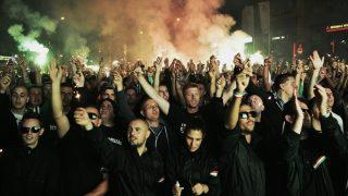 Budapest, 2015. szeptember 12. A Ferencváros szurkolóinak egy csoportja, az ultrák a Szusza-stadionnál az Újpest FC-Ferencváros mérkõzés elõtt 2015. szeptember 12-én. A csoport korábban a bajnoki idejére tüntetést jelentett be a stadion közelébe, és jelezték, hogy kivetítõrõl nézik meg a mérkõzést. MTI Fotó: Marjai János
