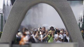 Hirosima, 2016 augusztus 6. Résztvevõk a Hirosima elleni amerikai atomtámadás 71. évfordulójának alkalmából tartott megemlékezésen a hirosimai Atombomba-kupola elõtti Béke Emlékparkban 2016. augusztus 6-án. A történelem elsõ atombombáját a nyugat-japáni Hirosimára dobták, ami körülbelül 140 000 halálos áldozatot követelt a támadáskor és az azt követõ hónapokban. (MTI/EPA/Ota Kijosi)