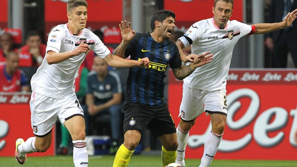 MILAN, ITALY - AUGUST 28:  Ever Banega (C) of FC Internazionale Milano is challenged by Roland Sallai (L) and Roberto Vitiello (R) of US Citta di Palermo during the Serie A match between FC Internazionale and US Citta di Palermo at Stadio Giuseppe Meazza on August 28, 2016 in Milan, Italy.  (Photo by Marco Luzzani - Inter/Inter via Getty Images)