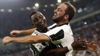 Juventus' Argentinian forward Gonzalo Higuain (R) celebrates with his teammate Juventus' Ghanaian midfielder Kwadwo Asamoah (L) after scoring a goal during the Italian Serie A football match between Juventus and Fiorentina on August 20, 2016 at the Juventus Stadium in Turin. / AFP PHOTO / MARCO BERTORELLO