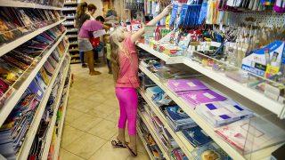 Gyál, 2015. augusztus 27.Valter Molly édesanyjával a szeptemberi tanévkezdéshez vásárol a gyáli Kreatív és Papírboltban 2015. augusztus 27-én.MTI Fotó: Koszticsák Szilárd