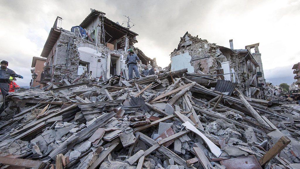 Amatrice, 2016. augusztus 24.Mentőcsapatok tagjai összedőlt épületek romjain az Olaszország középső részét hajnalban sújtó, 6,1-es erősségű földrengés egyik helyszínén, Amatricében 2016. augusztus 24-én. A természeti csapásnak legkevesebb 15 halálos áldozata és számos sérültje van. (MTI/EPA/Massimo Percossi)