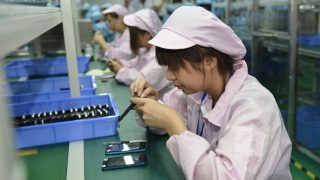 TO GO WITH China-US-IT-Internet-lifestyle-Apple,FOCUS by Tom Hancock This picture taken on April 22, 2015 shows Chinese workers assembling a cheaper local alternative to the Apple Watch in a factory producing thousands every day in Shenzhen, in southern China's Guangdong province.  The much-hyped Apple Watch goes on sale on April 24, but Chinese factories are already churning out cheaper alternatives to the apparent delight of local consumers.    CHINA OUT      AFP PHOTO / AFP PHOTO / STR