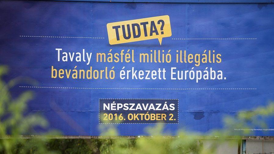 Salgótarján, 2016. augusztus 1. A kormány kényszerbetelepítés elleni népszavazáson való részvételre felhívó óriásplakátja Salgótarjánban 2016. augusztus 1-jén. MTI Fotó: Komka Péter