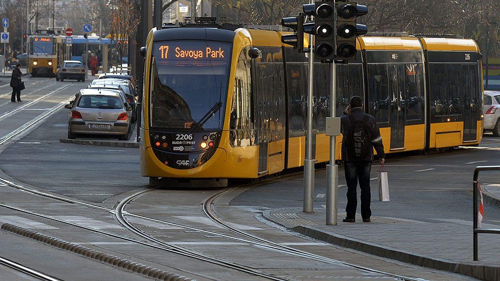 Budapest, 2016. január 16.17-es villamosok a Török és a Frankel Leó utcában a budai fonódó villamoshálózat első üzemnapján, 2016. január 16-án.MTI Fotó: Máthé Zoltán