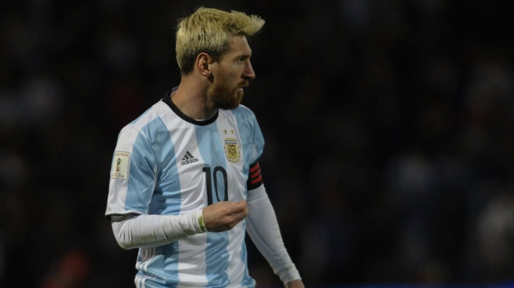 Argentina's Lionel Messi gestures during their Russia 2018 World Cup qualifier football match against Uruguay in Mendoza, Argentina, on September 1, 2016. / AFP PHOTO / ANDRES LARROVERE