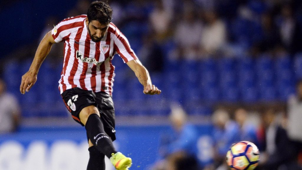 Athletic Bilbao's midfielder Raul Garcia shoots to score a goal during the Spanish league football match RC Deportivo vs Athletic Club de Bilbao at the Municipal de Riazor stadium in La Coruna on September 11, 2016. / AFP PHOTO / MIGUEL RIOPA