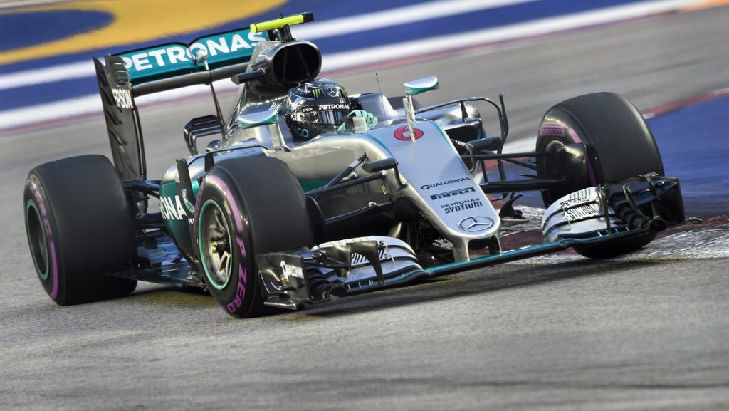 Mercedes AMG Petronas F1 Team's German driver Nico Rosberg takes a corner during the third practice session of the Formula One Singapore Grand Prix in Singapore on Septembe 17, 2016 / AFP PHOTO / ROSLAN RAHMAN