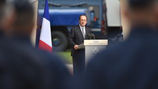"""French President Francois Hollande delivers a speech during a visit to the Gendarmerie of Calais, northern France, on September 26, 2016. President Francois Hollande visits Calais, the northern French port which is home to the sprawling """"Jungle"""" migrant camp, where he is scheduled today to meet police, local officials and business representatives. / AFP PHOTO / PHILIPPE HUGUEN"""