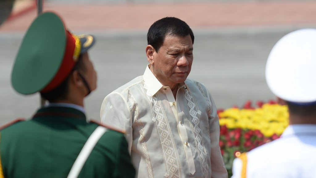 Philippines President Rodrigo Duterte (C) reviews an honour guard during a welcoming ceremony at the presidential palace in Hanoi on September 29, 2016. The Philippine leader is on a two-day visit to Vietnam. / AFP PHOTO / POOL / HOANG DINH Nam
