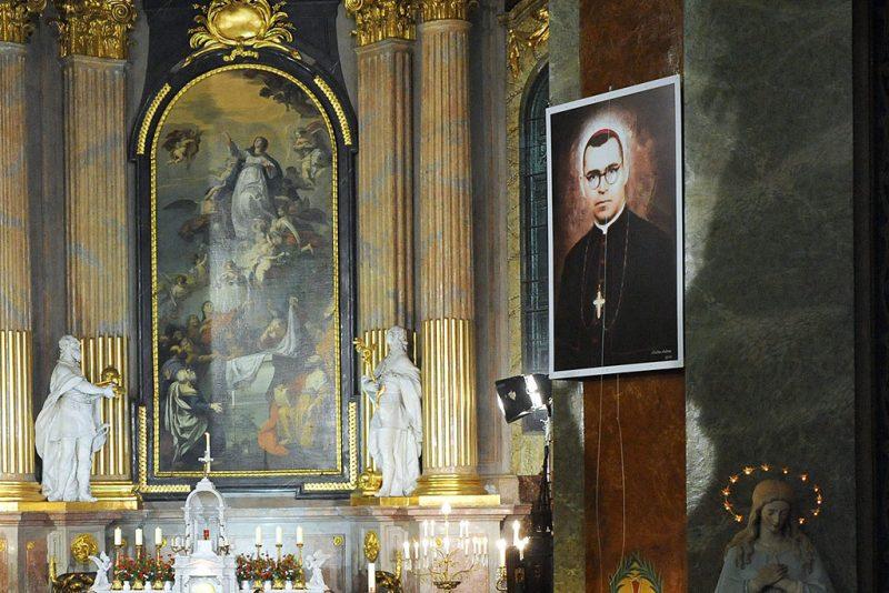 Nagyvárad, 2010. október 30.A boldoggá avatott püspök portréjának leleplezése a nagyváradi római katolikus székesegyházban tartott szertartáson, ahol boldoggá avatták az 1953-ban börtönben meghalt Bogdánffy Szilárd egykori vértanú püspököt.MTI Fotó: Oláh Tibor
