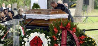 Budapest, 2016. szeptember 21. Koszorúk Csoóri Sándor kétszeres Kossuth-díjas költõ, író, esszéista, a nemzet mûvésze koporsójánál a sírnál az Óbudai temetõben 2016. szeptember 21-én. Csoóri Sándort hosszan tartó súlyos betegség után, életének 87. évében érte a halál 2016. szeptember 12-én kora hajnalban. MTI Fotó: Soós Lajos