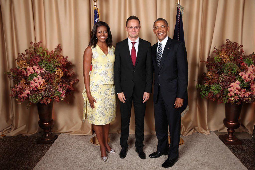 New York, 2016. szeptember 21. Az ENSZ-közgyûlés ülésszakán New Yorkban tartózkodó Szijjártó Péter külgazdasági és külügyminiszter (k), Barack Obama amerikai elnök és felesége, Michelle Obama a Barack Obama által adott fogadáson 2016. szeptember 21-én. MTI Fotó: The United States Mission to the United Nations