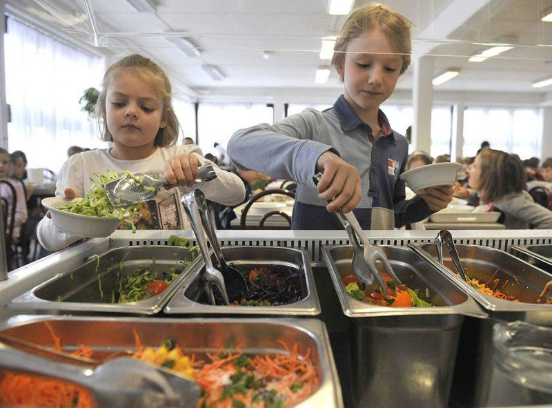 Budapest, 2013. február 11.Gyermekek friss salátát szednek tányérjukba a III. kerületi Krúdy Gyula Általános Iskola éttermében 2013. február 11-én. Február 1-jétől minden iskolájában és óvodájában emelt szintű étkeztetést biztosít Óbuda-Békásmegyer Önkormányzata. A többletköltséget átvállalva több szárnyas- és halétel, kevesebb cukor és só, teljes kiőrlésű pékáruk, friss zöldség és gyümölcs kerül a tányérokra.MTI Fotó: Bruzák Noémi