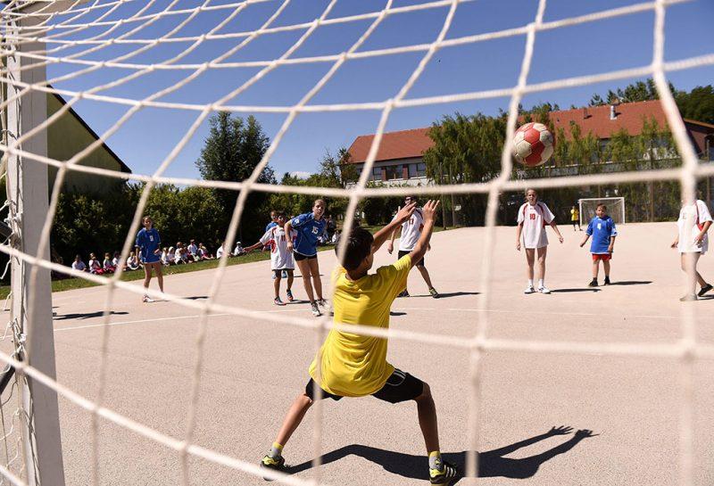 Mezőszilas, 2016. július 4.Gyerekek kézilabdáznak a Fejér megyei Mezőszilas általános iskolájában tartott, kézilabda tematikájú Napközi Erzsébet-táborban 2016. július 4-én. Ezen a napon az iskolában megnyitották a Napközi Erzsébet-táborok első turnusát.MTI Fotó: Bruzák Noémi