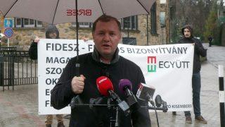 Miskolc, 2016. február 10. Pápa Levente, az Együtt alelnöke képzeletbeli félidõs bizonyítványt oszt a Fidesznek sajtótájékoztatóján a lillafüredi Palotaszálló elõtt 2016. február 10-én. A hotelben tartja háromnapos kihelyezett ülését tartja a Fidesz-KDNP parlamenti frakciószövetség. MTI Fotó: Vajda János