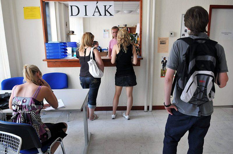 Budapest, 2008. június 20.Munkára jelentkező diákok a budapesti Eudiákok iskolaszövetkezet munkaközvetítő irodájában. A nehezebb fizikai munkákkal óránként átlagosan 600-700 forintot, az irodai és szórólapozással 450-500 forintot tudnak keresni a fiatalok.MTI Fotó: Honéczy Barnabás
