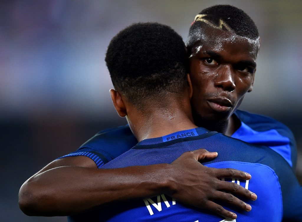 France's forward Anthony Martial (L) is congratulated by France's midfielder Paul Pogba (R) after scoring a goal during the friendly football match Italy vs France on September 1, 2016 at San Nicola stadium in Bari.  / AFP PHOTO / ALBERTO PIZZOLI