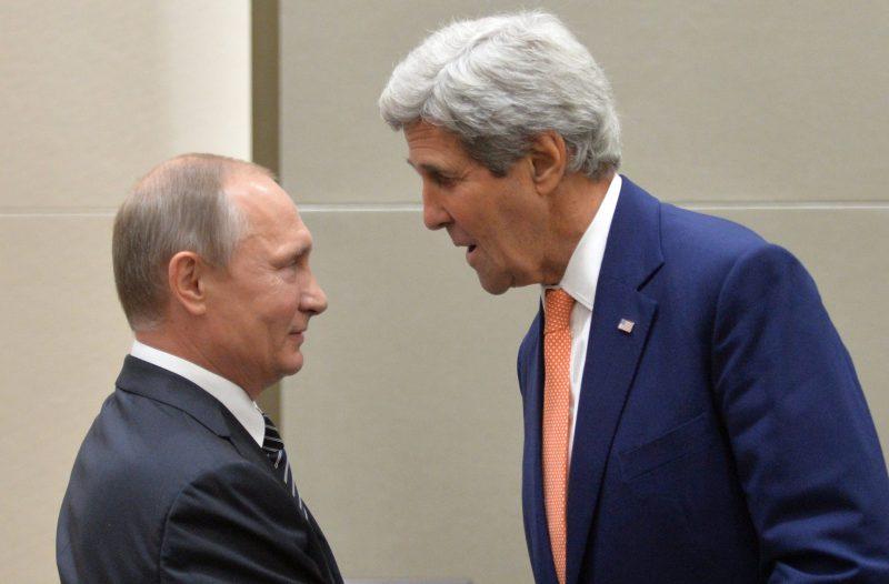 Hangcsou, 2016. szeptember 5. Vlagyimir Putyin orosz elnök (b) és John Kerry amerikai külügyminiszter a világ 19 legfejlettebb gazdaságú és vezetõ feltörekvõ országát, valamint az Európai Uniót tömörítõ húszas csoport, a G20 vezetõinek találkozóján a Csöcsiang tartománybeli Hangcsouban 2016. szeptember 5-én. (MTI/AP pool/Kreml/Szputnyik/Alekszej Druzsinyin)