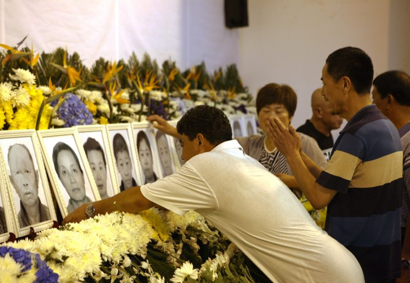 (160729) -- DALIAN, July 29, 2016 (Xinhua) -- Family members of victims of a deadly tour-bus accident attend a memorial service in Dalian, northeast China's Liaoning Province, July 29, 2016. A public memorial service was held on Friday in Dalian to mourn 23 victims killed in a fatal tour bus fire in Taiwan.  (Xinhua/Ding Hongfa) (zyd)