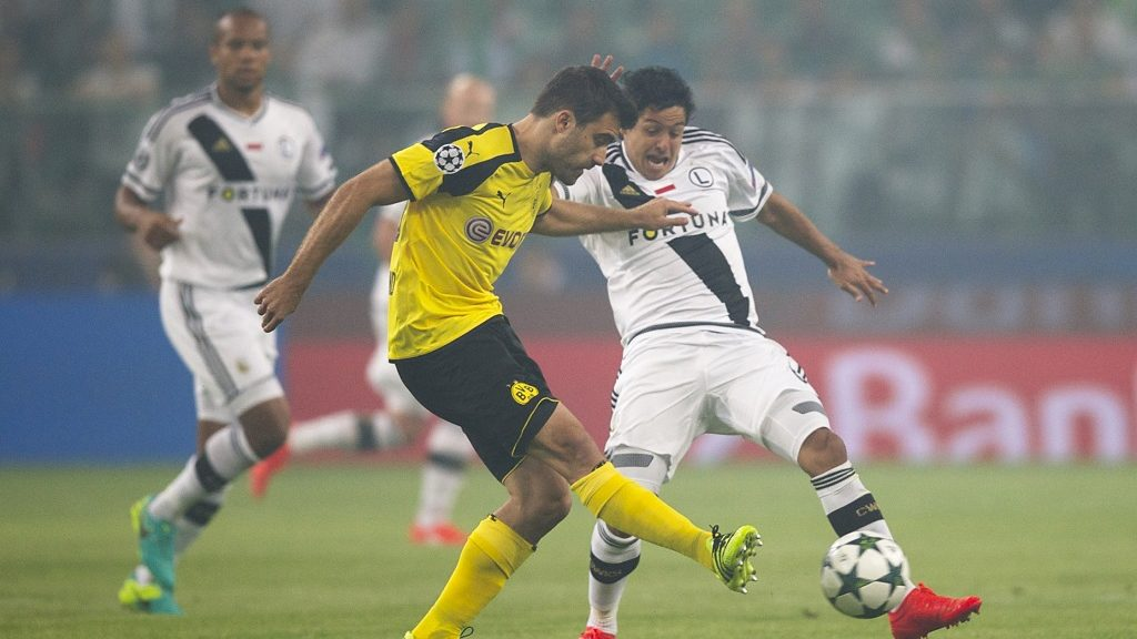 WARSAW, POLAND - SEPTEMBER 14: Guilherme of Legia and Sokratis Papastathopoulos of Borussia in action during the UEFA Champions League match between Legia Warszawa and Borussia Dortmund at Wojska Polskiego Stadium on September 14, 2016 in Warsaw, . (Photo by Piotr Hawalej/Bongarts/Getty Images)