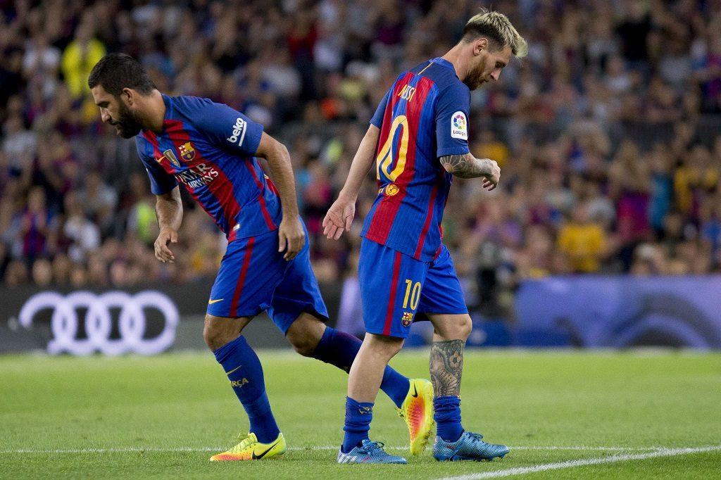 BARCELONA, SPAIN - SEPTEMBER 21: Barcelona's Arda Turan (L) replaces Leo Messi (R) during the La Liga soccer match between FC Barcelona and Atletico Madrid  at Camp Nou Stadium in Barcelona, Spain on September 21, 2016. Albert Llop / Anadolu Agency