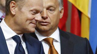 Brüsszel, 2015. szeptember 3.Donald Tusk, az Európai Tanács elnöke (b) üdvözli Orbán Viktor miniszterelnököt a migránsválságról tartott tárgyalásuk előtt Brüsszelben 2015. szeptember 3-án. (MTI/EPA/Olivier Hoslet)