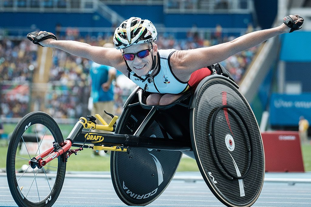 Belgium's Marieke Vervoort poses upon getting the silver medal for the women's 400 m (T52) of the Rio 2016 Paralympic Games at the Olympic Stadium in Rio de Janeiro on September 10, 2016. / AFP PHOTO / YASUYOSHI CHIBA