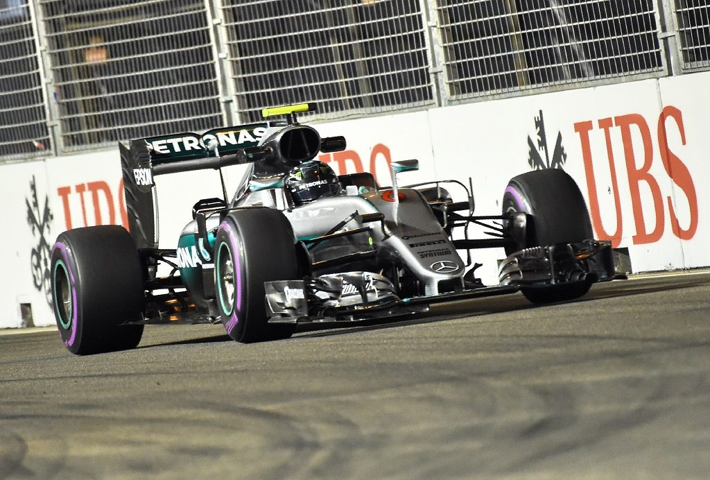 Mercedes AMG Petronas F1 Team's German driver Nico Rosberg takes a corner during the second free practice session of the Formula One Singapore Grand Prix in Singapore on September 16, 2016. / AFP PHOTO / ROSLAN RAHMAN