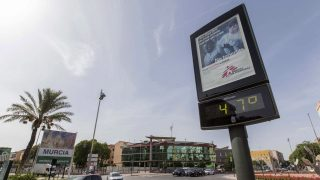 Murcia, 2016. szeptember 5. 47 Celsius-fokot mutat a levegõ hõmérsékletét mérõ utcai kijelzõ a kelet-spanyolországi Murciában 2016. szeptember 5-én. (MTI/EPA/Marcial Guillen)